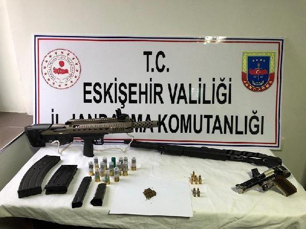 2020/11/jandarmanin-baskin-yaptigi-ciftlik-evinde-silah-ve-uyusturucu-ele-gecirildi-efca11b3c014-1.jpg