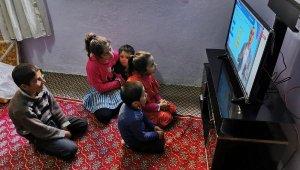 EBA TV'yi izleyemeyen Şemdinlili öğrencilere belediyeden televizyon desteği
