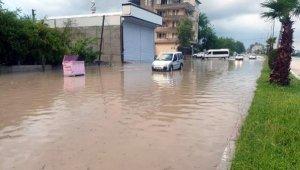 Kadirli'de sağanak yağış su baskınlarına neden oldu