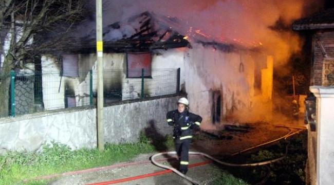 Köyün kullanılmayan eski camisinde yangın çıktı