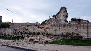 Topkapı'da tarihi surlarda çökme