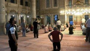 Eyüp Sultan Camii'nde cemaatle birlikte ilk akşam namazı kılındı