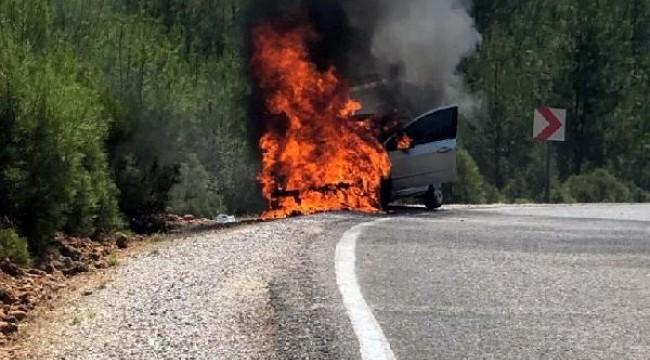 Alev alan otomobildeki hamile sürücü, başka bir sürücü tarafından kurtarıldı
