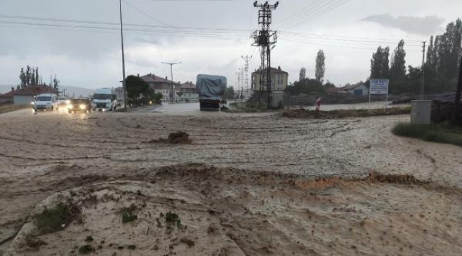 Gemerek'te sağanak yağış sele neden oldu
