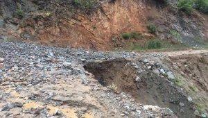 Kars'ta sağanak sele yol açtı, yollar ulaşıma kapandı