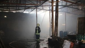 Paletlerden çıkan yangın deponun çatısına sıçradı