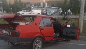 Sivas'ta iki otomobil çarpıştı: 2 ölü, 2 yaralı