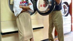 Tayvan'da işlettikleri çamaşırhanede unutulan kıyafetlerle poz veren çift fenomen oldu