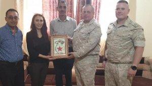 Rus askeri heyeti PYD'li teröristlere plaket verdi