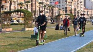 Sıcak havayı fırsat bilen İzmirliler Kordon'a akın etti