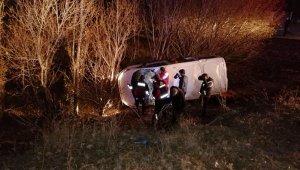 Ağrı'da kaçak göçmenleri taşıyan araç devrildi: 17 yaralı