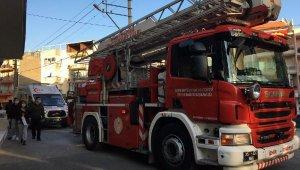 Yangın çıkan evde mahsur kalan 5 kişiyi, itfaiyeciler kurtardı