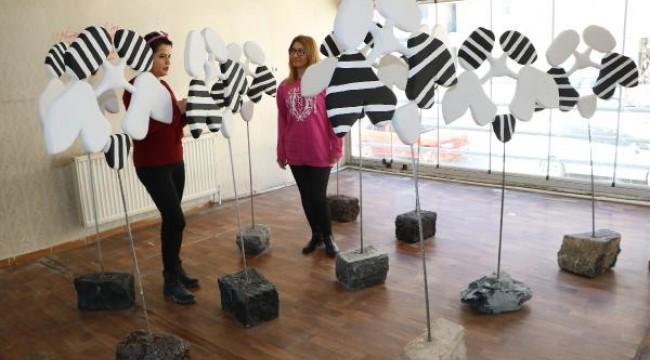 Hakkari'nin ilk heykel sergisi, sanatevine dönüştürülen çayevinde açıldı