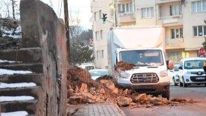 Sivas'ta istinat duvarı park halindeki kamyonetin üzerine yıkıldı
