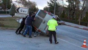 Yol ortası devrilen aracı 6 kişi kaldırıp düzeltti
