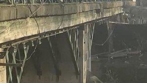 Köprüden atlamak isteyen kişiyi polisler kurtardı
