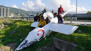 Sosyal medya fenomeni, tasarladığı maket uçakla şarampole devrildi
