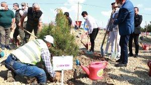 Adana'da Fatih Terim Hatıra Ormanı'nın ilk fidanları toprakla buluştu