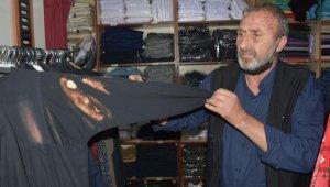 Hac malzemeleri satan mağazadaki kıyafetlereçamaşır suyu ile zarar verdi