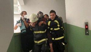 Apartmandaki yangında mahsur kalan yaşlı kadınları, itfaiye ekibi taşıdı