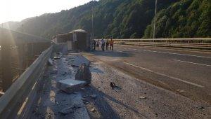 Devrilen TIR, TEM'in İstanbul istikametini ulaşıma kapattı