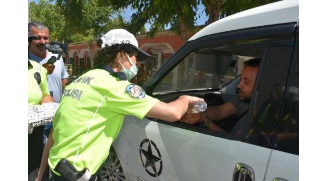 Edirne polisi, sürücülerle bayramlaşıp kurabiye ikram etti