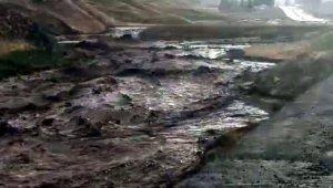 Hakkari- Van karayolunda heyelan meydana geldi, yol kapandı