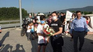 Tokyo'dan dönen milli halterci Nuray Levent, memleketinde çiçeklerle karşılandı