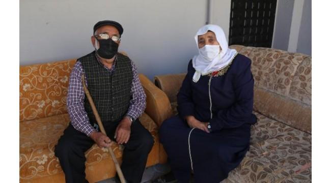 Yaşlı çift, belediyenin ulaşım desteği ile 3'üncü doz aşılarını yaptırdı