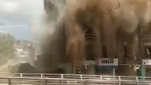 Elazığ'da kontrollü şekilde yıkılan binanın çökme anı kamerada