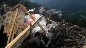 Göçük oluşan inşatta beton mikseri devrildi: 2 işçi yaralı