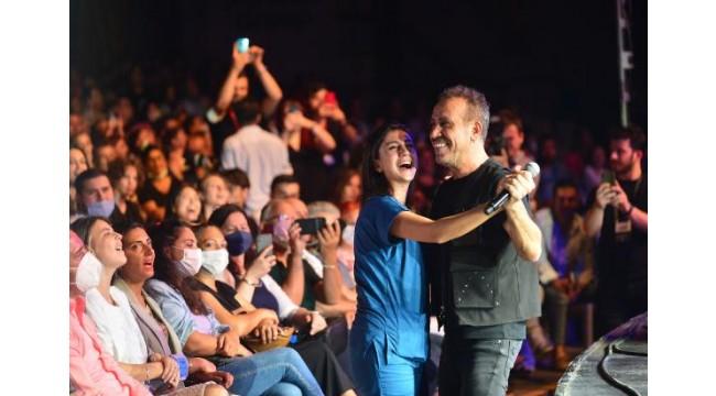 Haluk Levent, konserinde sağlık çalışanıyla dans etti
