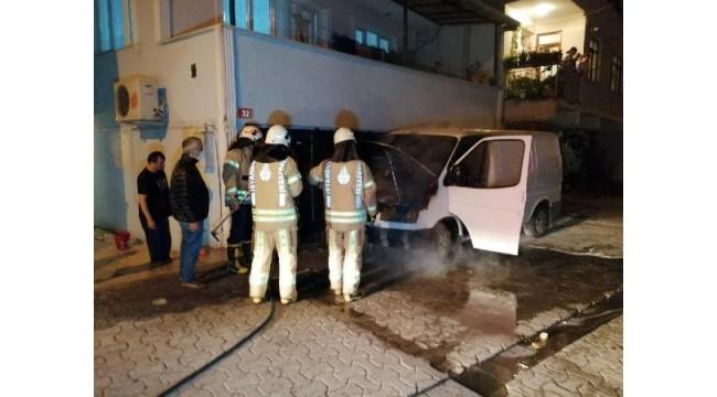 Ataşehir'de yanan minibüse vatandaşlar müdahale etti