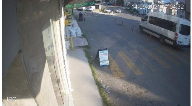 İçinde çocuk olan bebek arabasının yokuştan kayıp, 3 metreden düştüğü anlar kamerada