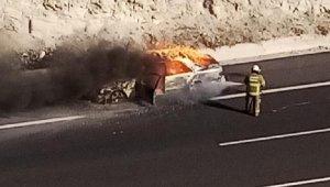 Seyir halindeki otomobil alev alev yandı; o anlar kamerada