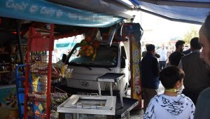Sürücüsünün manevra yaptığı kamyonet büfeye daldı; o anlar kamerada