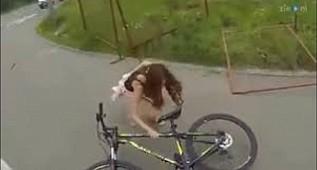 Etek ile bisiklete binerseniz böyle rezil olursunuz işte :))